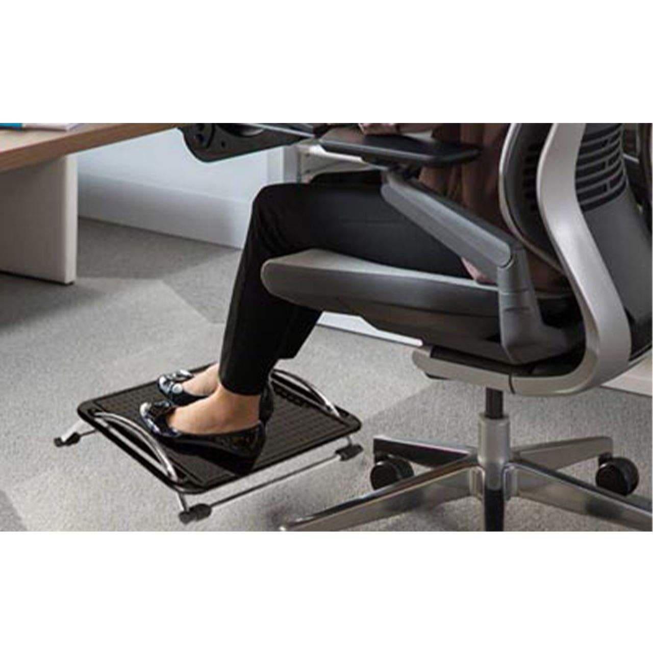 زیرپایی نگاتیو مدل B112 یکی از محصولاتی است که به نحوه صحیح نشستن کمک می کند است. این وسیله در شکل های گوناگون به صورت چوبی، فلزی و پلاستیکی عرضه می شوند.